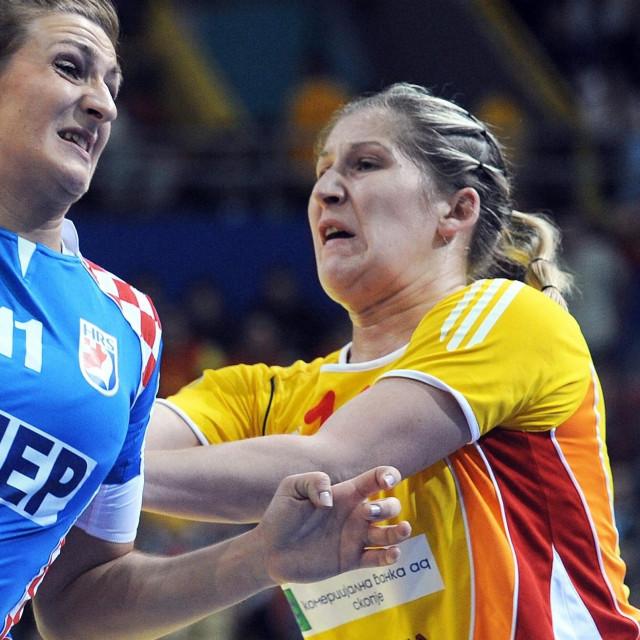 Julija Nikolić (Portjanko), desno na fotografiji s utakmice Hrvatske i Makedonije