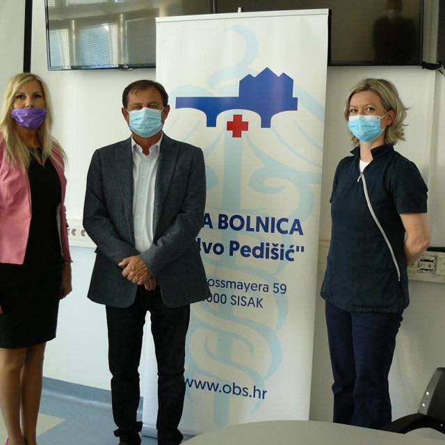Sanja Puškarić iz Tepih centra, Tomislav Dujmenović, ravnatelj bolnice i Nikolina Domazetović, glavna sestra Službe za ginekologiju i opstetriciju.