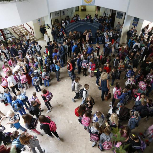 1240 učenika pohađa dvije škole u istoj zgradi u Dugavama