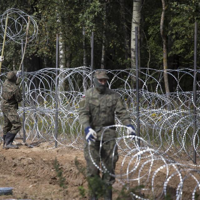 Poljski vojnici postavljaju bodljikavu žicu na granici