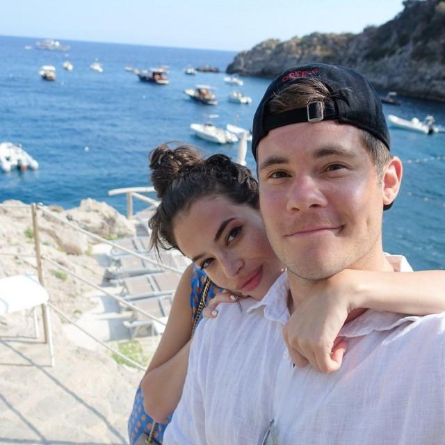 Adam Devine i Chloe Bridges