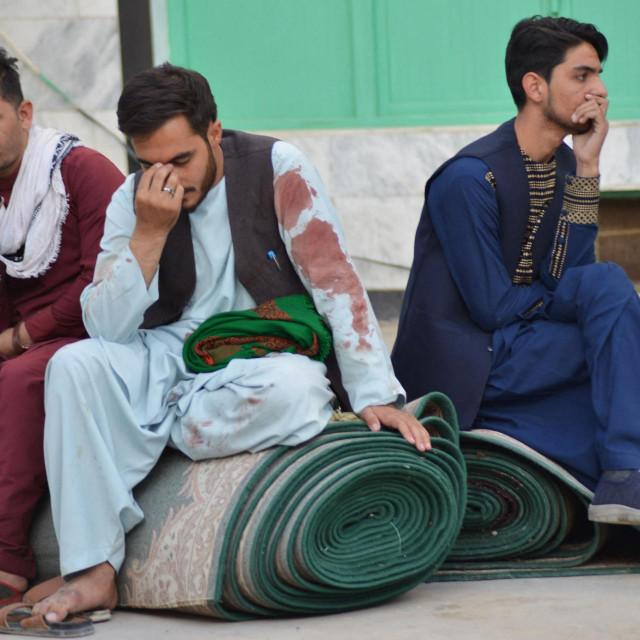 Muškarci sjede u dvorištu nakon napada