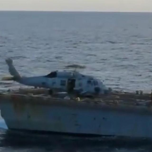 Američki razarač USS Chafee snimljen s ruskog protupodmorničkog razarač Admirala Tribuca