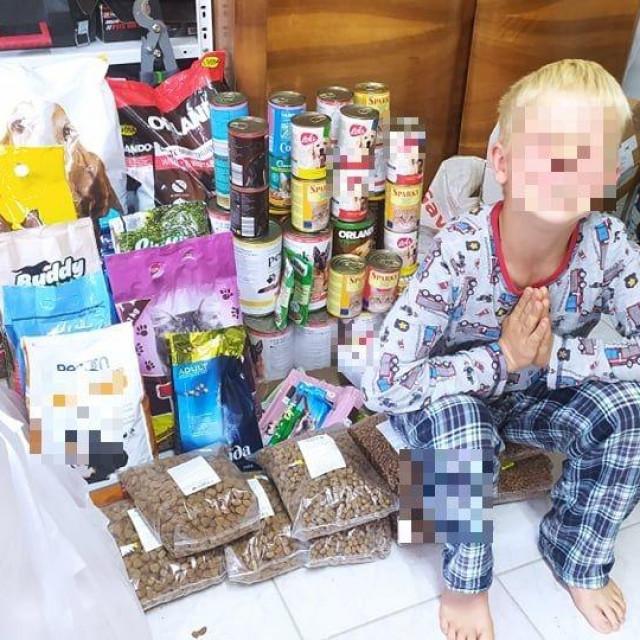 Duje uz vrećice hrane koje su mu prijatelji donijeli na proslavu rođendana