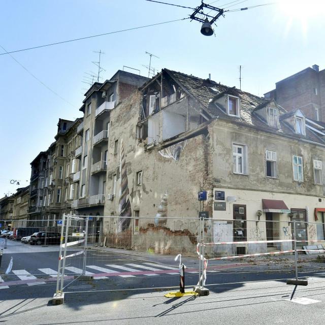 Prema postojećim zakonima, oni koji vode Zagreb imaju pravo srušiti zgradu u Petrinjskoj ulici, opasnu ruševinu na uglu s Đorđićevom, koja je postala simbol zagrebačkog potresa