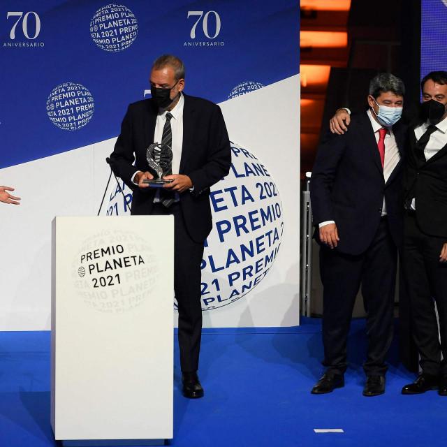 "Jorge Diaz, Antonio Mercero i Augustin Martinez na dodjeli Planeta nagrade, koju su dobili za neobjavljeni roman ""La Bestia"""