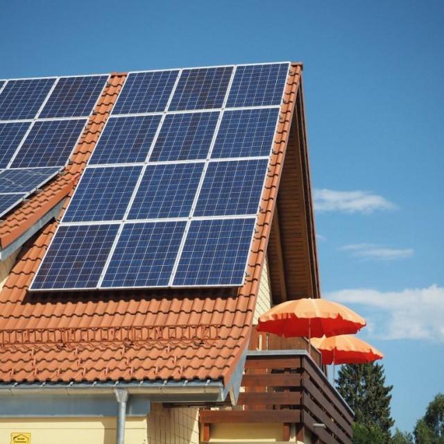 Solarni paneli na krovu kuće