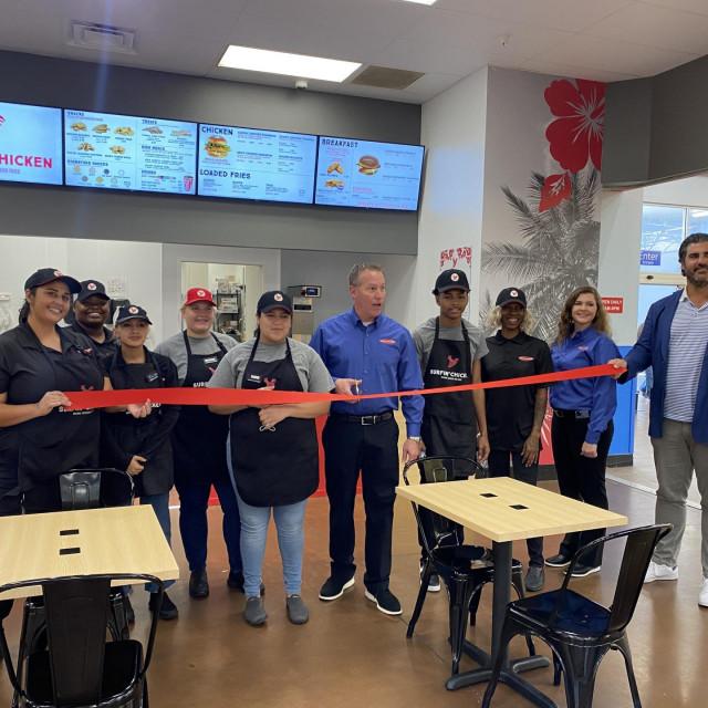 Otvorenje Surfin' Chicken restorana u Kaliforniji