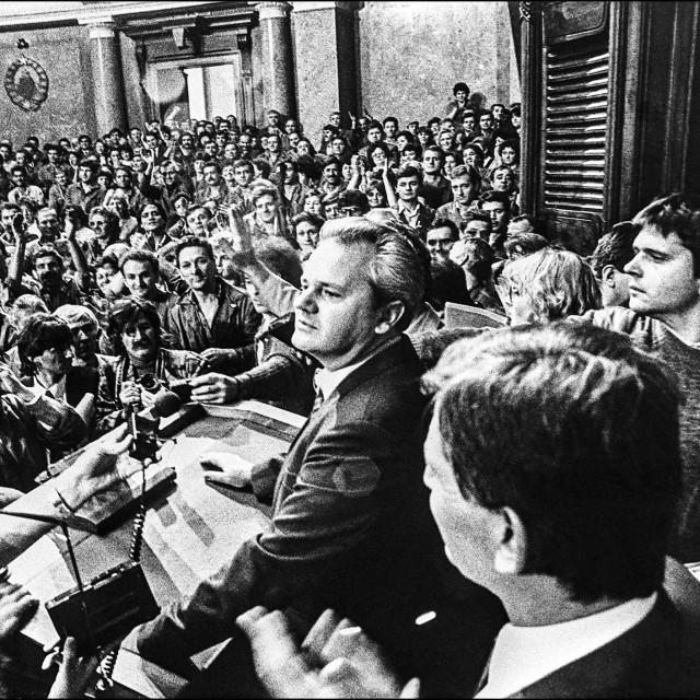 Ideje nacionalizma i konzervativnog antikomunizma dovele su na vlast Slobodana Miloševića, koji je 1987. godine preuzeo vlast i pokrenuo tzv. događanja naroda