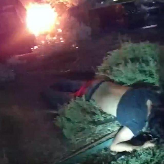 Policajci u Teksasu prvo su muškarca koji je izletio iz automobila odvukli na sigurno