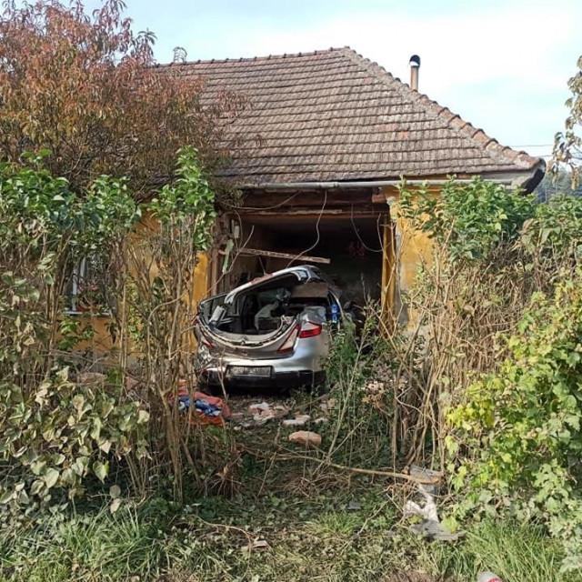 Autom se zabila u kuću