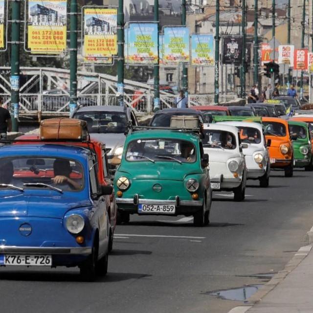 Kolona Fiata 600 u Sarajevu.