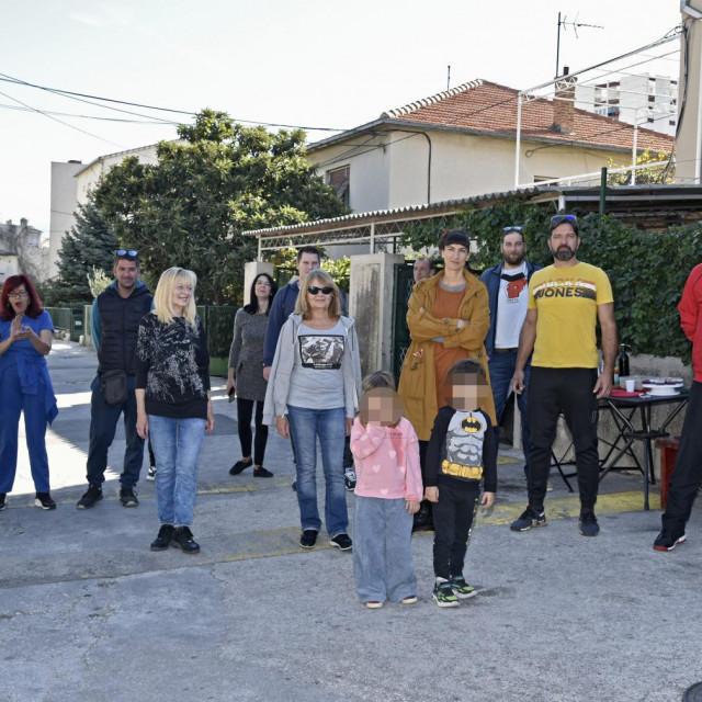 Prosvjednici na cesti ispred kuća
