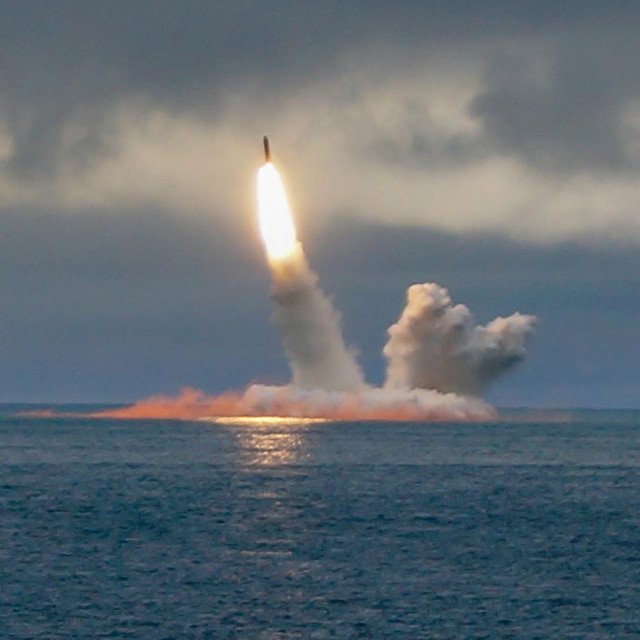 Ruska nuklearna podmornica K-535 Yuri Dolgoruky lansira balistički projektil RSM-56 Bulava