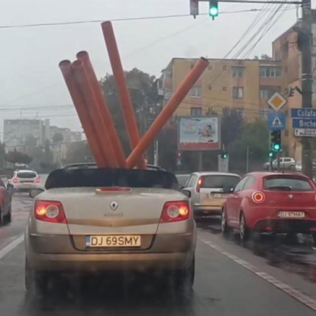 Renault Megane CC prevozi PVC cijevi