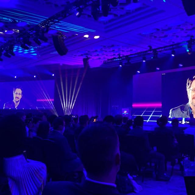 Zagovornik privatnosti i zviždač Edward Snowden govori putem videa uživo na forumu u Orlandu na Floridi