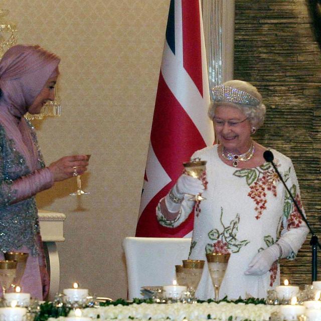Britanska kraljica Elizabeta II i supruga turskog predsjednika Hayrunnisa Gul nazdravljaju jedna drugoj