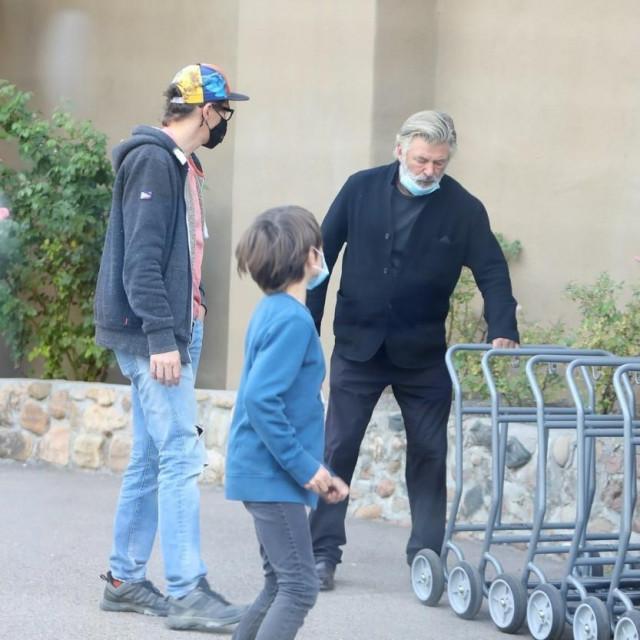 Alec Baldwin sa suprugom i sinom ubijene snimateljice