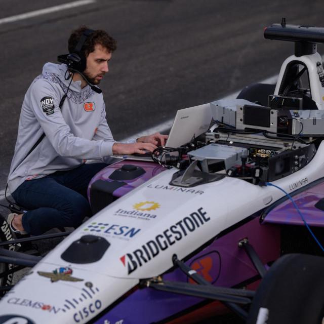Automobilima na utrkama upravljali su timovi programera, umjesto vozača