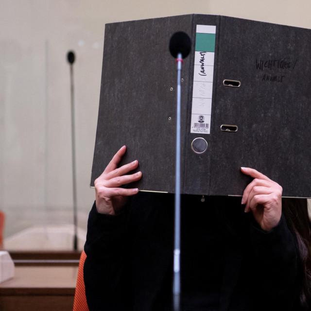 Jennifer Wenisch prikriva lice registratorom u sudnici
