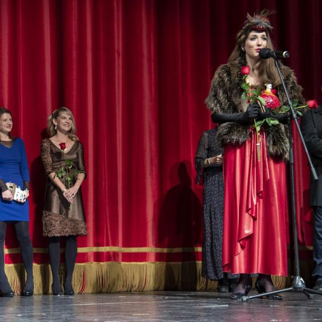 Dijana Vidušin zahvaljuje na nagradama.