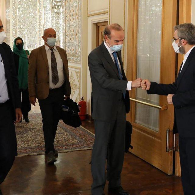 Zamjenik iranskog ministra vanjskih poslova Ali Bagheri pozdravlja zamjenika glavnog tajnika Europske službe za vanjsko djelovanje Enriquea Mora