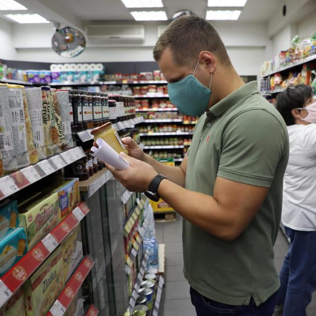 Ilustracija/Građani i radnici u trgovini pod maskama protiv Covida 19