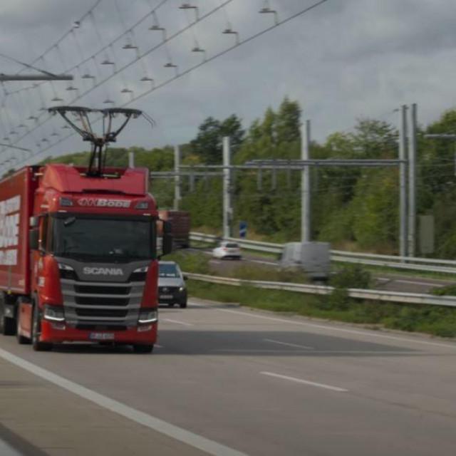 Punjenje električnog kamiona preko nadzemnih kabela
